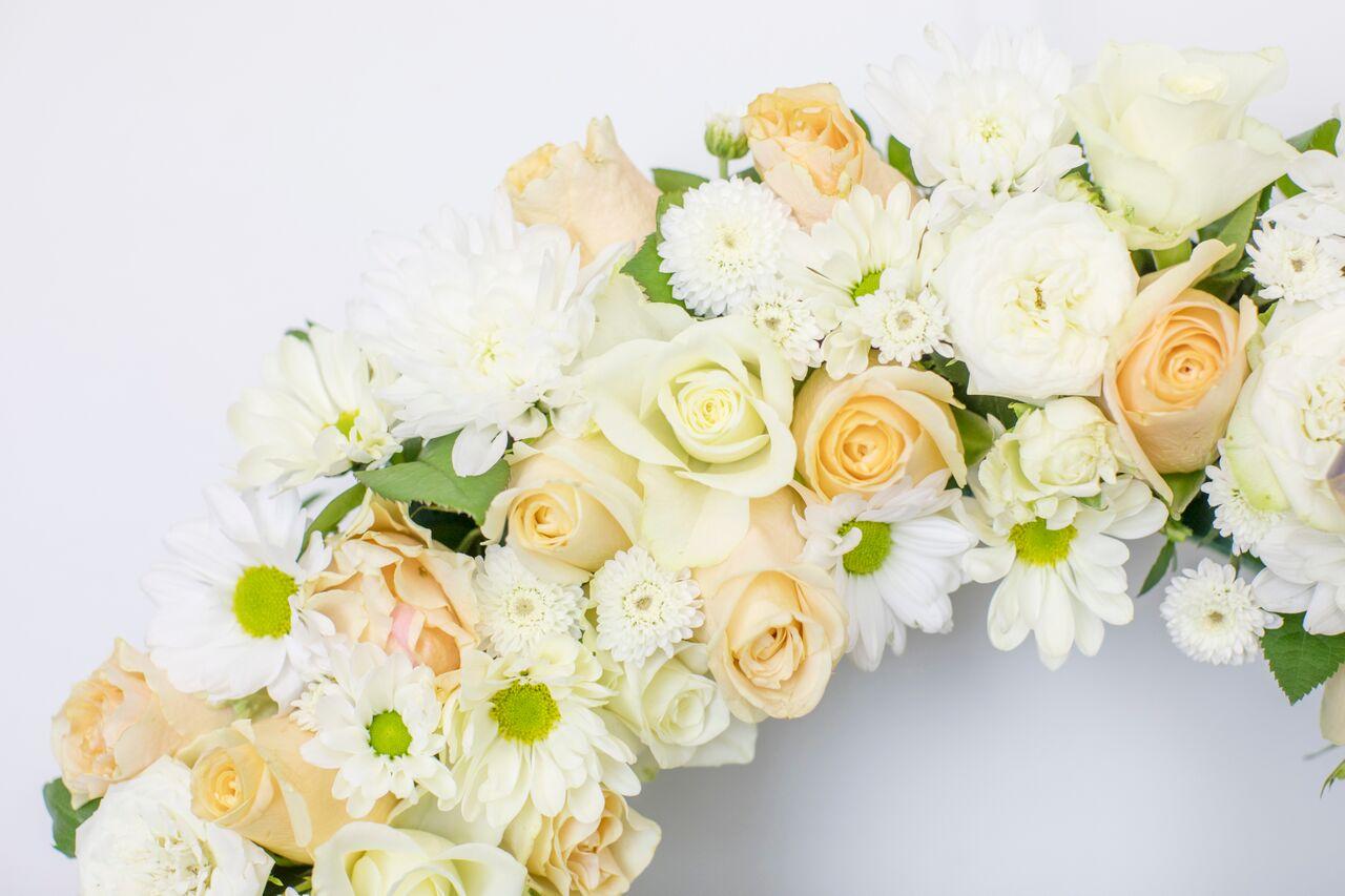 Lilleparg suur valgete ja kreemide lilledega