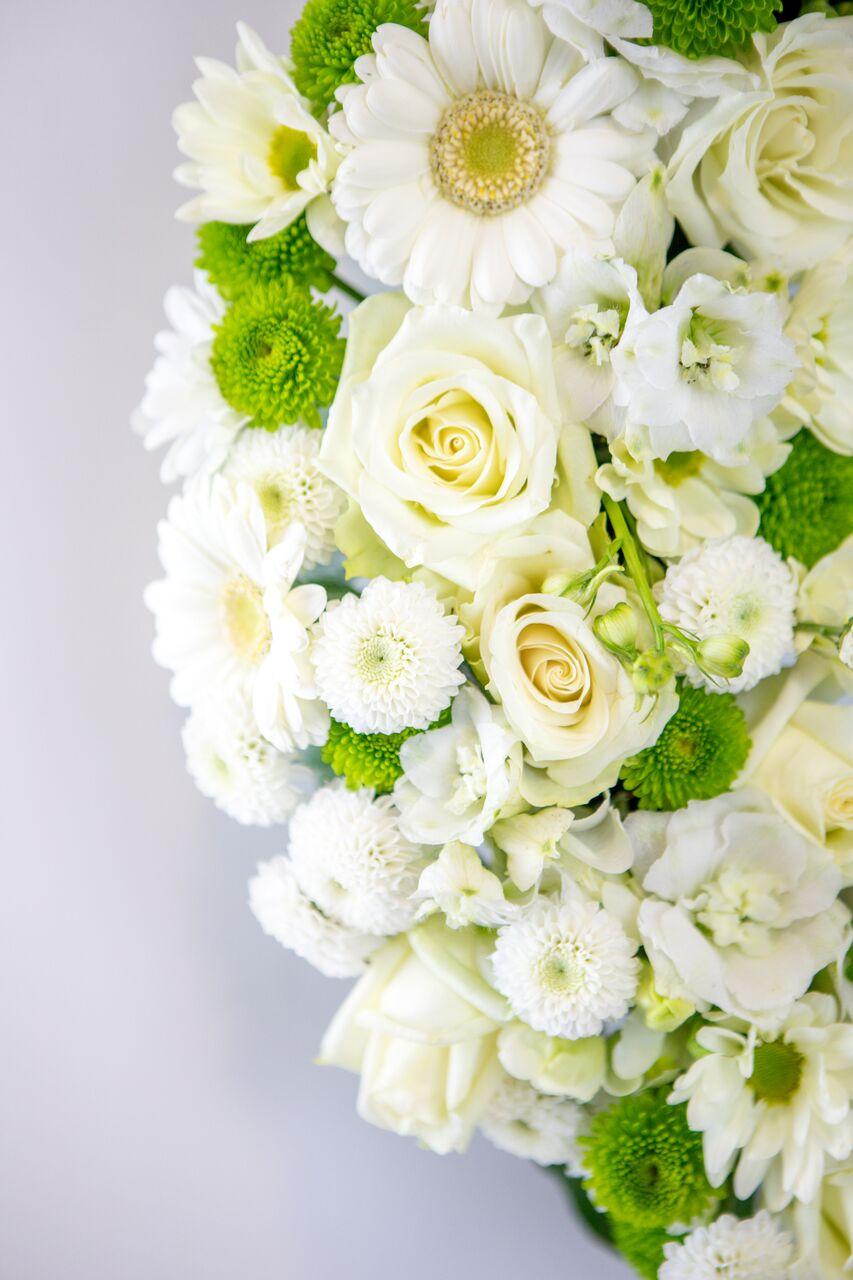 Lillepärg suur valgete ja roheliste lilledeg