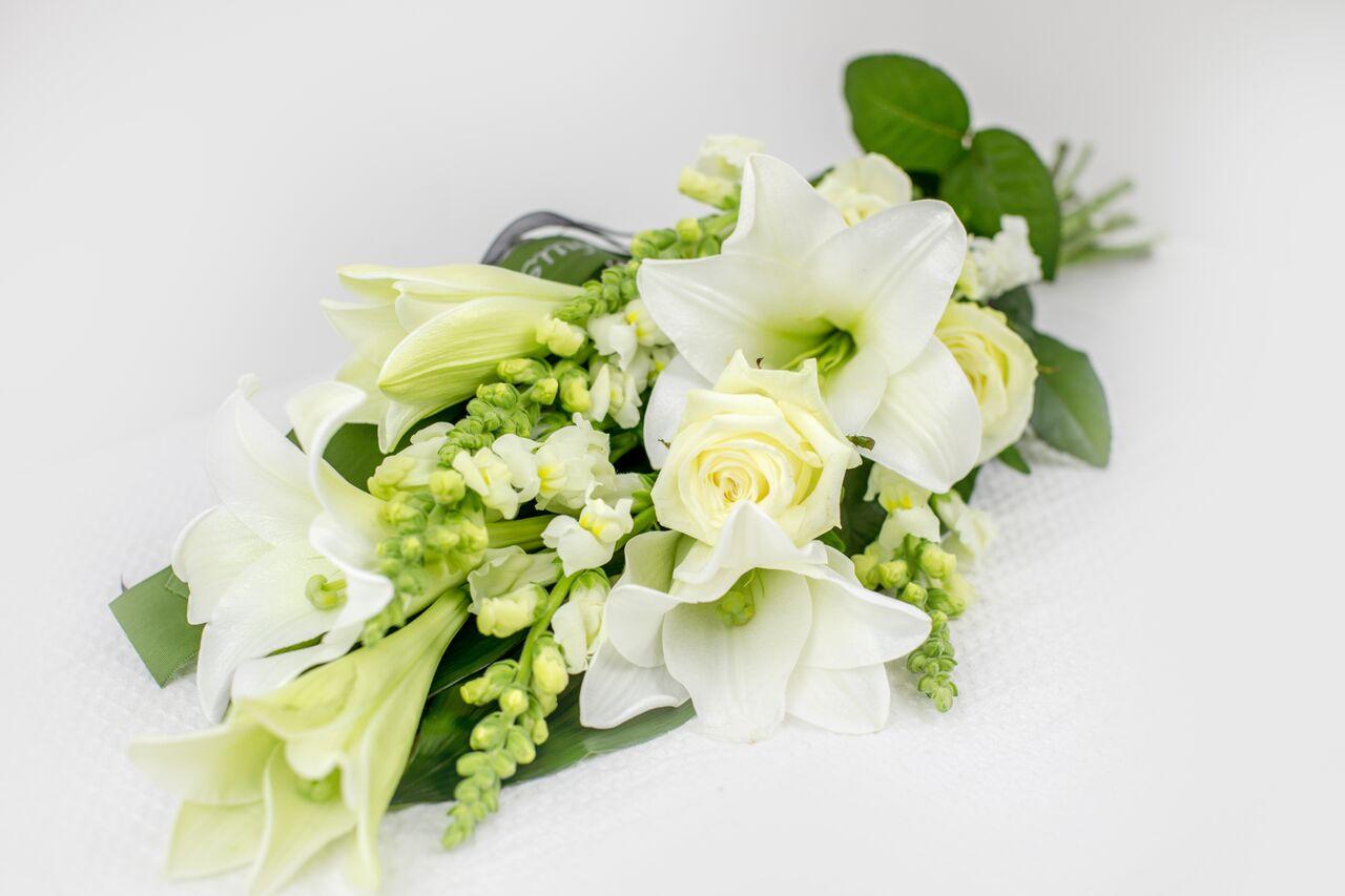 Käsileinakimp valgete lilledega
