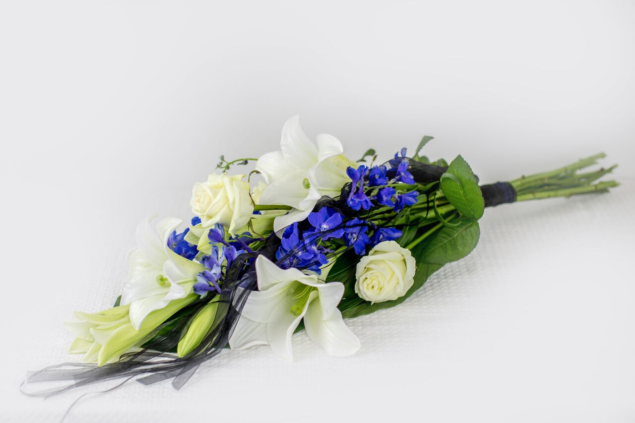 Käsileinakimp valgete ja siniste lilleldega