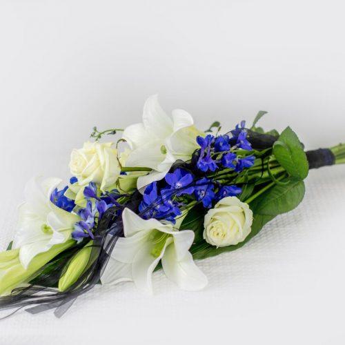 Käsileinakimp valgete ja siniste lilledega - Kolm lille lillepood
