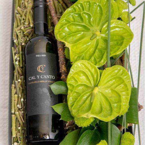 Kinkekarp punase veini ja lilledega - Kolm Lille lillepood