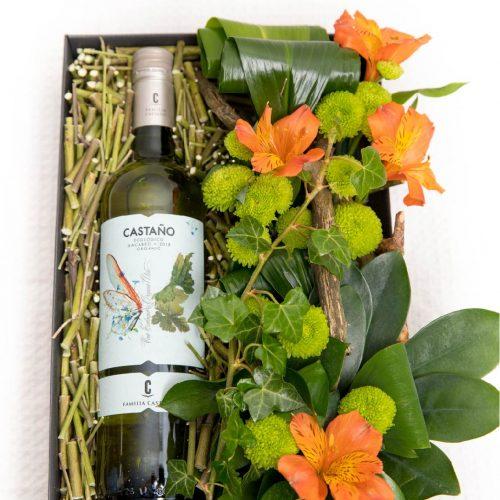 Kinkekarp valge veini ja lilledega - Kolm Lille lillepood